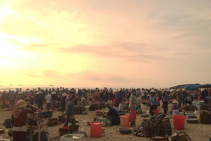 15 năm trước, chợ Tam Tiến chỉ là một nơi buôn bán tự phát của người dân địa phương, hàng hoá chủ yếu là hải sản. Hiện, chợ bán đầy đủ các mặt hàng từ rau củ quả cho đến quần áo, đồ gia dụng... Hải sản tại đây được người ngư dân mang trực tiếp từ chuyến đánh bắt đêm hôm trước.