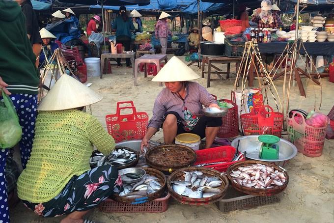 Những gian hàng, sạp, ô dù được dựng tạm ngay trên bãi cát. Chợ cá này chỉ hoạt động vào mùa hè khi các thuyền đánh bắt ra khơi. Thời gian khác, chợ không họp ở bãi biển mà di chuyển sang nơi khác.