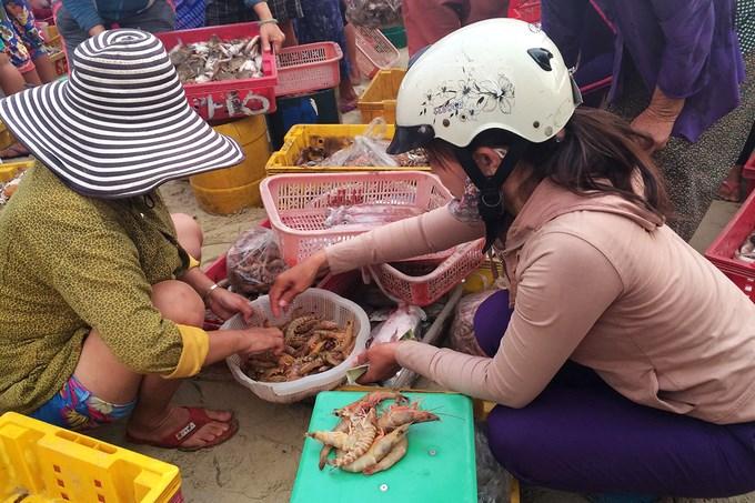 Mặt hàng nổi bật nhất phải kể đến ở đây là cá, mực, tôm, ốc... Không chỉ người dân quanh vùng, nhiều du khách cũng tìm đến chợ khi được giới thiệu.