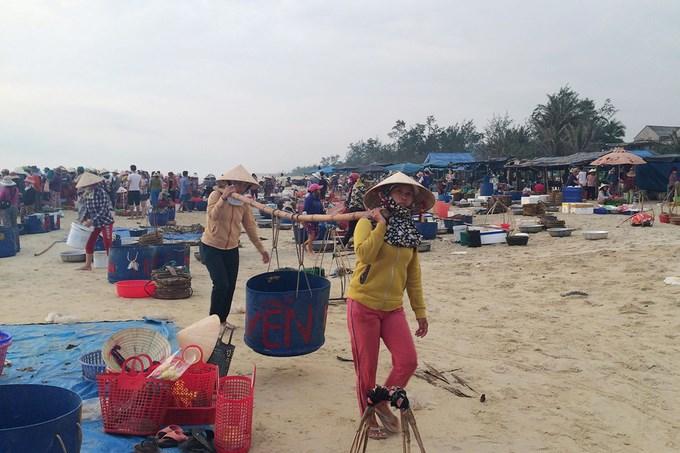Bạn phải thức dậy thật sớm để có thể hoà vào không khí nhộn nhịp của chợ, từ lúc cá tôm cập bến cho đến lúc các chị, các cô bày ra rổ rá bán cho khách.