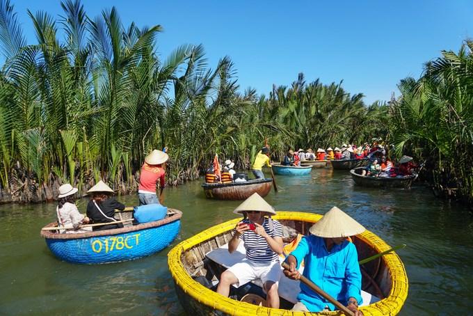 Vào cuối tuần, rừng dừa Bảy Mẫu đón hàng nghìn du khách tham quan. Những chiếc thuyền thúng nối đuôi nhau thong thả trôi theo dòng nước.
