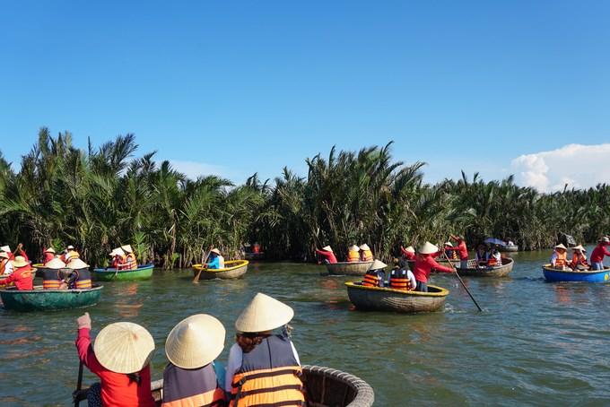 Từ phố cổ Hội An, men theo dọc bờ sông Hoài hơn 3 km là khu rừng dừa nước Bảy Mẫu hơn chục hecta, thuộc xã Cẩm Thanh, TP Hội An, Quảng Nam.