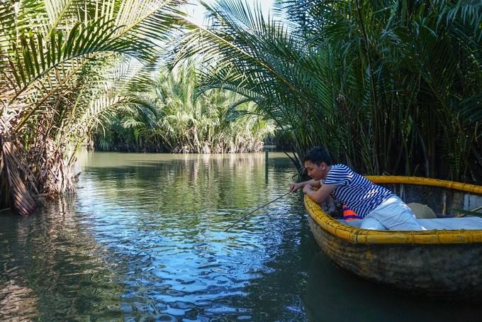 Bên cạnh đó, trên thuyền luôn để sẵn cần câu cho khách trải nghiệm câu cua. Du khách muốn câu trúng cua phải bơi vào những gốc dừa nước rậm rạp, dùng mồi câu bằng thịt, tôm và nhẫn nại chờ.
