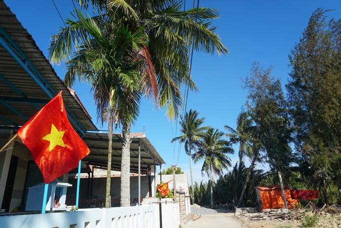 Ngoài rừng dừa nước, khung cảnh trong những ngôi làng ven biển ở xã Cẩm Thanh cũng rất yên bình, nên thơ với hàng dừa, rặng phi lao đón gió.