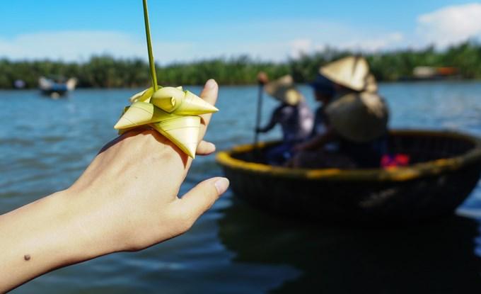 Những người chèo thuyền địa phương thân thiện đều tặng khách món quà lưu niệm bằng lá dừa nước. Bàn tay khéo léo của họ làm ra những chiếc nhẫn, vòng đeo cổ, bông hồng, con cào cào hay những chiếc mũ bằng lá dừa.