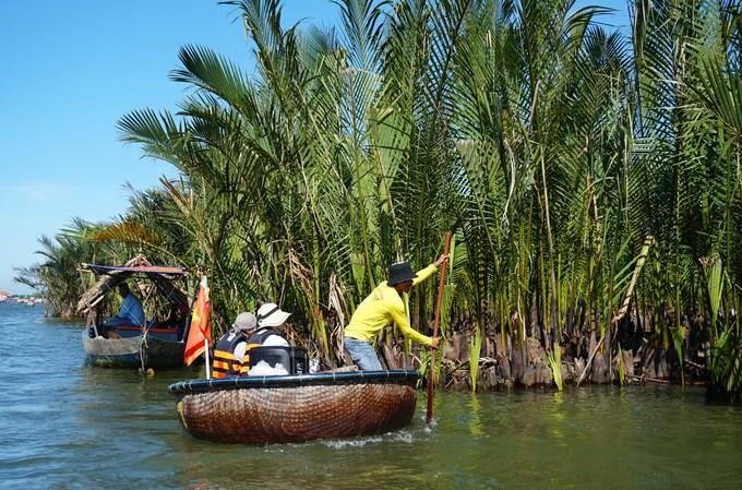 Dịch vụ bơi thuyền thúng chở khách tham quan rừng dừa xuất hiện ở Cẩm Thanh vài năm trở lại đây. Những chiếc thúng vốn là ngư cụ nay trở thành