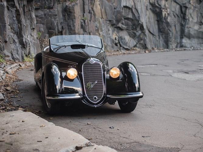 9. Alfa Romeo 8C 2900B Lungo Spider: Đây là một trong số ít xe thể thao được sản xuất vào thập niên 30 của thế kỷ trước. Chỉ có 32 chiếc 8C 2900B từng được sản xuất. Giá bán của một chiếc 8C 2900B Lungo Spider tại một phiên đấu giá đạt 21.111.686 USD.