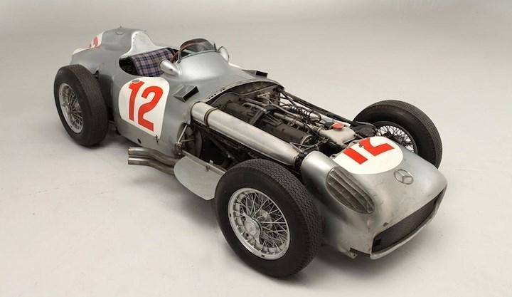 3. Mercedes-Benz W196R: Là chiếc xe từng được cầm lái bởi Juan Manuel Fangio, Hans Hermann, Karl King và giành được chiến thắng tại giải đua Grand Prix ở Thụy Sĩ và Đức vào năm 1954, Xe được bán với giá 29,152,248 triệu USD.