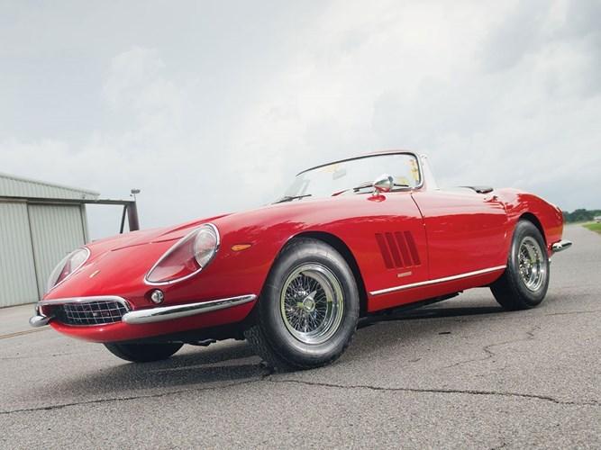 5. Ferrari 275 GTB/4 N.A.R.T Spider: Được sản xuất dựa trên đơn đặt hàng của Luigi Chinetti, chỉ có 10 chiếc 275 GTB/4 N.A.R.T Spider được sản xuất. Xe có giá bán 26.176.269 triệu USD khi đấu giá.