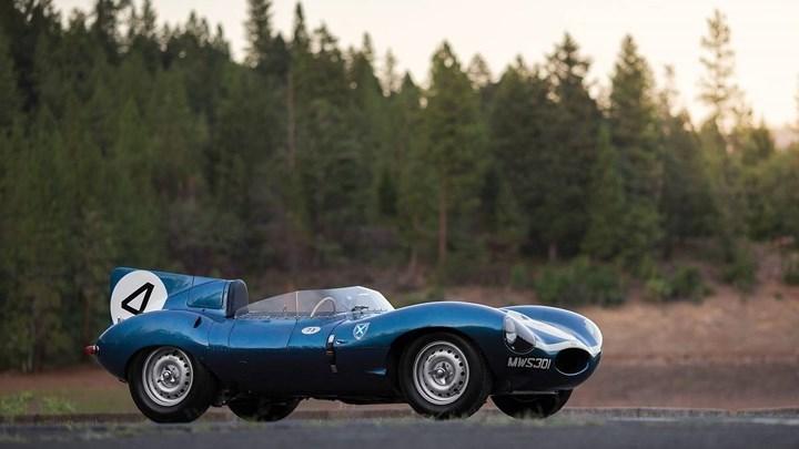 7. Jaguar D type XKD 501: Đây là chiếc xe từng giành chiến thắng tại giải đua Le Man 24h danh giá và là một trong số ít xe còn giữ lại được trong điều kiện của chính xe khi hoàn tất cuộc đua. Xe đạt giá trị 23.222.785 triệu USD tại một phiên đấu giá.