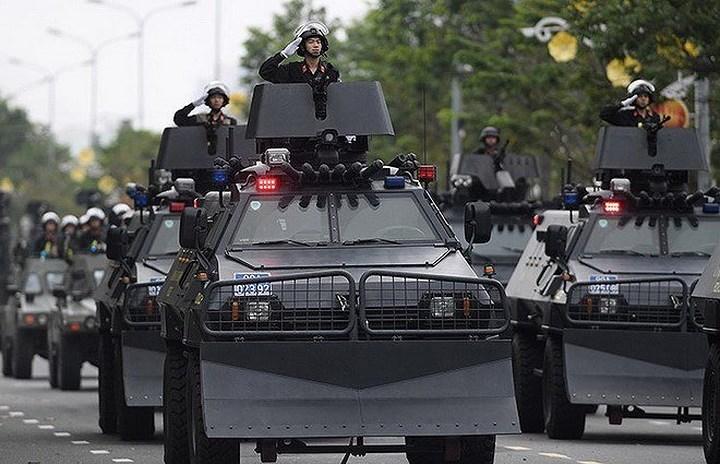 Shinjeong S5 có thể chở theo tối đa 12 binh sĩ kể cả kíp lái 2 người. Xe sử dụng động cơ công suất 225 mã lực, cho vận tốc di chuyển tối đa lên đến 105 km/h, điểm đặc biệt của Shinjeong S5 là bánh xe khi bị trúng đạn vẫn có thể chạy được với vận tốc trung bình khoảng 60 km/h.