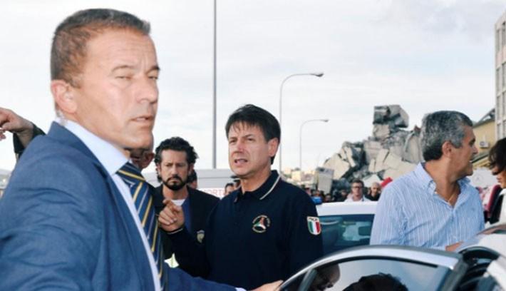 Thủ tướng Italy Giuseppe Conte (áo đen) đến hiện trường vụ sập cầu.