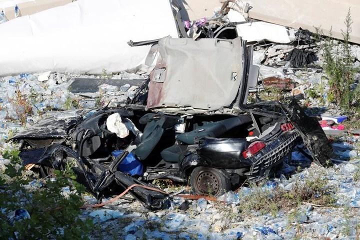 Một xe ô tô bị đè nát sau vụ sập cầu.