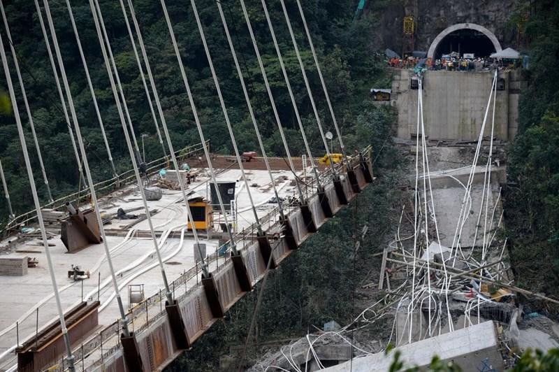Khoảng 12h ngày 14/8 theo giờ địa phương, một đoạn dài 200 m ở độ cao khoảng 100 m của cây cầu cạn Morandi trên đường cao tốc A10 tại thành phố Genoa, thủ phủ vùng Liguria (tây bắc Italy) bất ngờ sập xuống khiến 35 người tử vong, 20 phương tiện bị rơi nát.