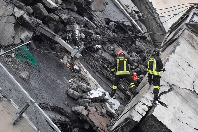 Lực lượng chức năng nỗ lực tìm kiếm các nạn nhân mắc kẹt giữa khối bê tông đổ nát.