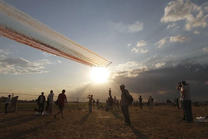 Công chúng theo dõi cuộc tập dượt của không quân Nga tại sân bay Zhukovsky.