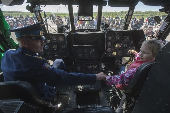 Buồng lái của một chiếc trực thăng tại sự kiện kỷ niệm 75 năm thành lập Tập đoàn Phòng không-Không quân số 6.