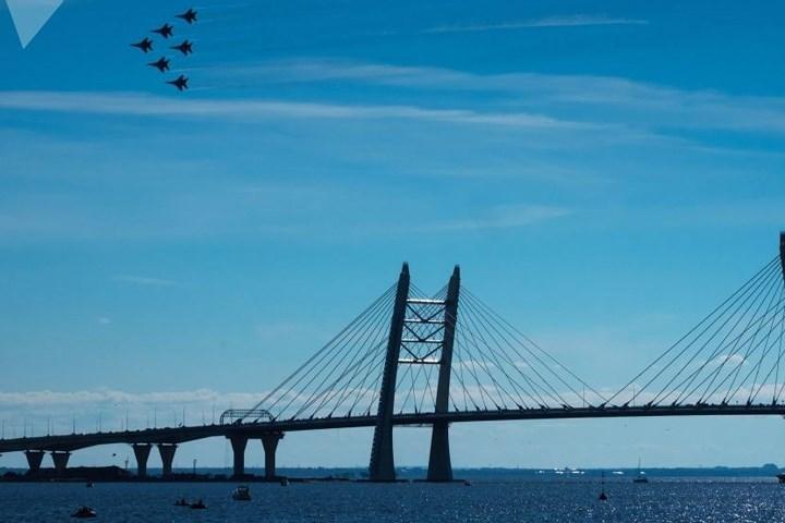 Đội hình chiến đấu cơ MiG-29 bay ở vùng trời thành phố Saint Petersburg.