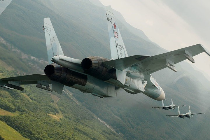 Máy bay tiêm kích đa nhiệm Su-27 của Nga trong dịp kỷ niệm 105 năm lực lượng không quân Nga.