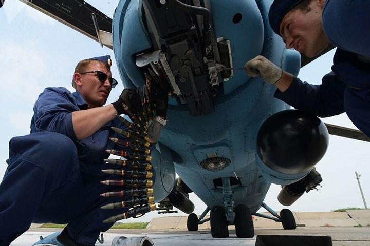 Thợ cơ khí chuẩn bị trực thăng Mi-35 trước khi cất cánh tham gia diễn tập ở vùng Primorsky của Nga.