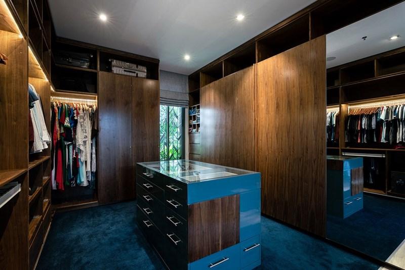 Bên cạnh đó là phòng để quần áo.