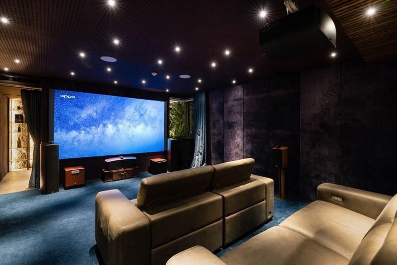 Phòng giải trí tại nhà với màn hình lớn và ghế sofa cỡ đại.