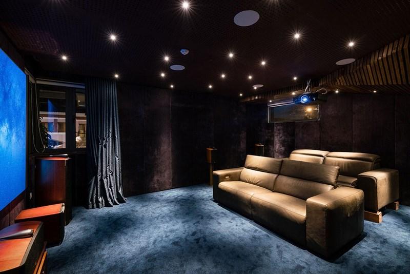 Chất liệu nhung bao quanh căn phòng giúp không gian trở nên ấm cúng và sang trọng.