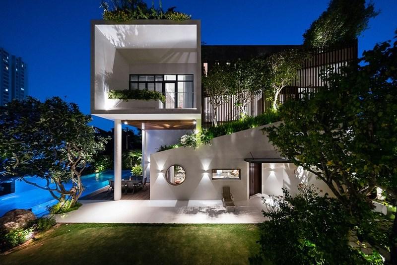 Mỗi khu vực mái nhà đều trở thành không gian xanh với cây cỏ phủ kín, tạo cảm giác ngôi nhà mới xây này đã tồn tại ở đây từ rất lâu.