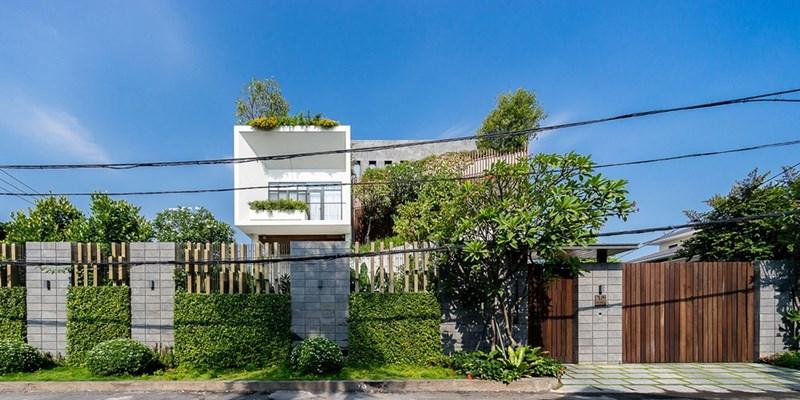 Được dẫn dắt bởi kiến trúc sư Trần Lê Quốc Bình, dự án mang phong cách trẻ trung và rất độc đáo. Không những vậy còn thể hiện được tính cách của chủ nhân căn biệt thự và tối ưu cách họ sử dụng khu nhà.