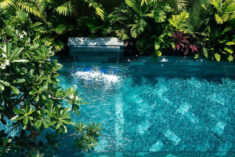 Một hồ bơi cùng thác nước xanh mát nằm trong khuôn viên ngôi biệt thự.