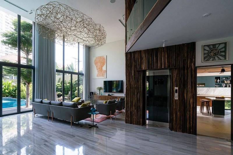 Bước vào bên trong, nội thất được sắp đặt vô cùng tinh tế nhưng cũng rất tươi mới dù tông màu chính được lựa chọn là màu gỗ.