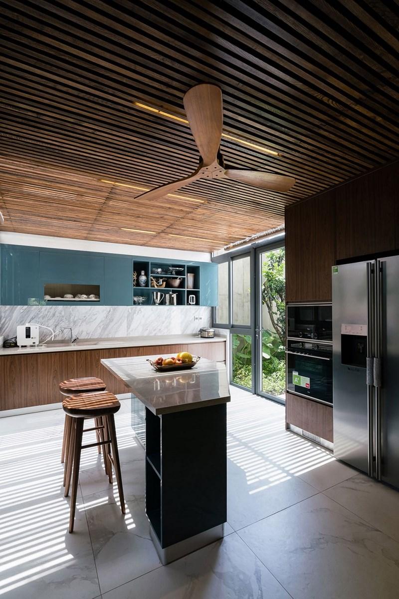 Một căn bếp nhỏ xinh được bài trí gọn gàng và hiện đại.