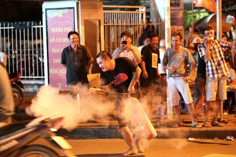 Một CĐV ăn mừng bằng cách mang bình chữa cháy ra xịt giữa đường.