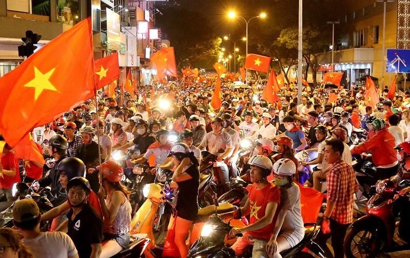23 giờ tuyến đường Phạm Hồng Thái hướng về ngã 6 Phù Đổng vẫn kẹt cứng.