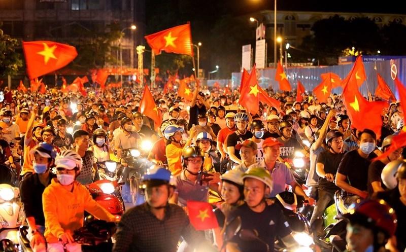 Vòng xoay công viên Quách Thị Trang trước chợ Bến Thành ngợp bóng cờ và dòng người ăn mừng chiến thắng.