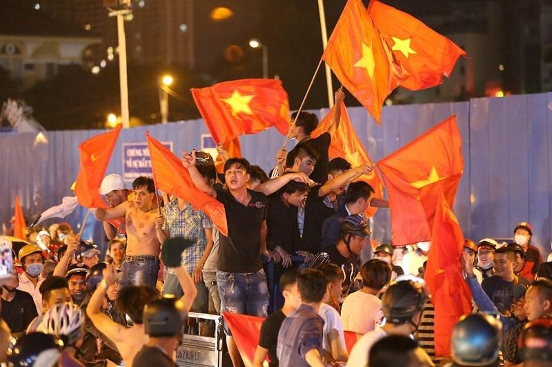 Các CĐV hò reo trong niềm vui chiến thắng của Olympic Việt Nam.