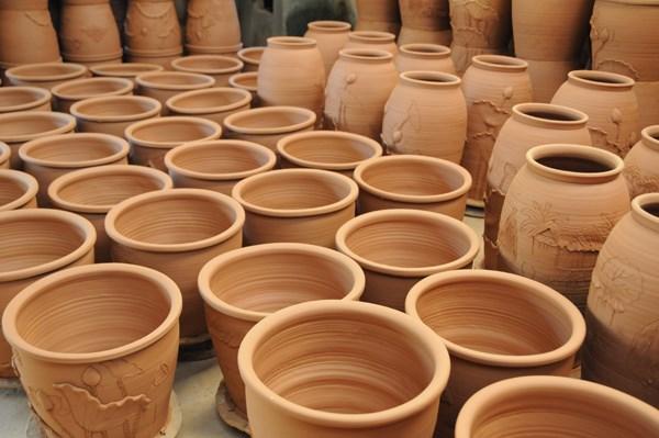 Các hoạ tiết trên gốm Phù Lãng thường lấy từ trong cuộc sống như cây cối, hoa sen, cá chép…