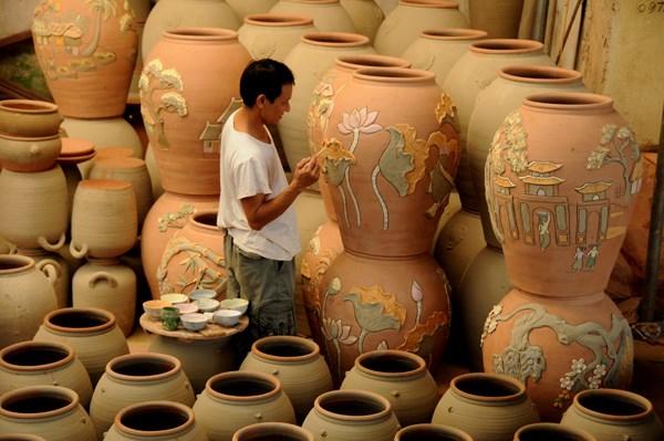 """Tuy vất vả nhưng những """"nghệ nhân tay đất"""" của làng gốm Phù Lãng rất giàu tâm huyết. Họ mong muốn bảo tồn nét đẹp mộc mạc, thô phác nhưng khỏe khoắn của gốm Phù Lãng trong thời hiện đại. Hiện tại, gốm Phù Lãng cũng khá thu hút các thị trường nước ngoài như  Nhật Bản và Hàn Quốc."""