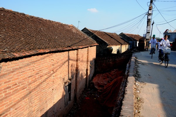 Đến Phù Lãng vào bất cứ thời điểm nào trong năm, cũng có thể dễ dàng gặp những nét đặc trưng một làng gốm. Những ngôi nhà gạch trần, với mái ngói đỏ trầm nhấp nhô, dọc con đường làng quanh co, trong sân nhà…đâu đâu cũng thấy những sản phẩm gốm được xếp đầy.