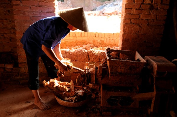 Theo các nghệ nhân cao tuổi của làng, ngày xưa làm gốm đều làm thủ công. Ngay từ khâu xử lý đất sét đã rất kỳ công từ chọn đất, phơi khô, ngâm nước, cắt đất v.v…