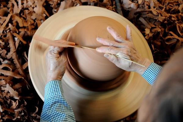 Một kỹ thuật tạo hình sản phẩm dòng gốm Phù Lãng.