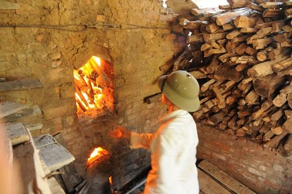 Nét đặc biệt là qua hàng trăm năm đến nay làng nghề Phù Lãng vẫn sử dụng phương pháp truyền thống, dùng củi để nung gốm.