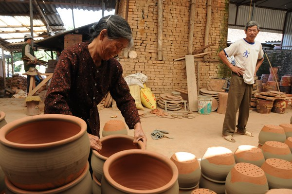 Người thợ gốm cẩn thận xếp từng sản phẩm qua lò nung.