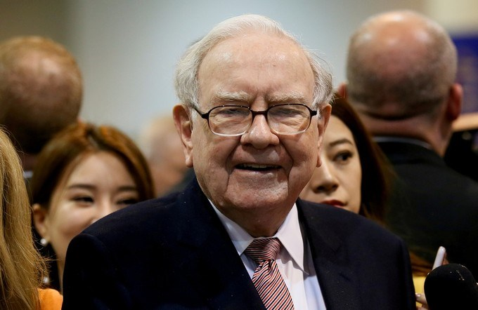 Warren Buffett vừa bước sang tuổi 88 và là một trong những nhà đầu tư thành công nhất lịch sử. Nhà thông thái vùng Omaha hiện có số tài sản gần 87 tỷ USD. Buffett nổi tiếng với phong cách sống chẳng giống ai, từ việc uống Coke trong bữa sáng đến dùng điện thoại nắp gập.