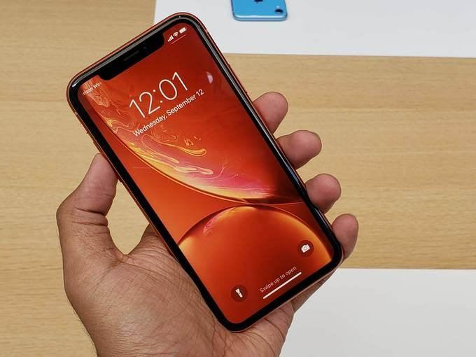 Là sản phẩm ra mắt cuối cùng trong sự kiện diễn ra sáng nay nhưng iPhone Xr có thể coi là model đáng chú ý nhất của Apple. Máy xuất hiện đúng như tin đồn bao gồm cả tên gọi cũng như các thông số về cấu hình. Thay đổi đáng kể nhất là việc máy sử dụng màn hình LCD thay vì OLED như iPhone X giúp giảm giá đáng kể, từ 999 USD xuống 749 USD.