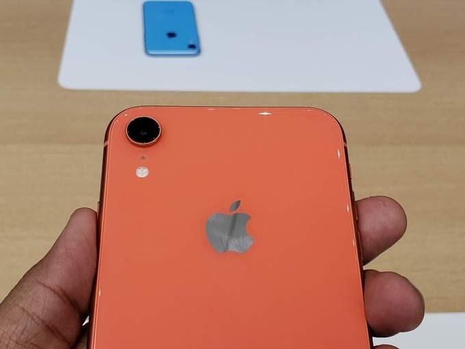 Ngoài màn hình LCD, iPhone Xr cũng thua kém hai model cao cấp hơn ở việc chỉ có camera đơn. Tuy chỉ sở hữu một cảm biến 12 megapixel, f/1.8 nhưng máy vẫn có thể chụp xóa phông thông qua xử lý phần mềm. Camera TrueDepth phía trước có độ phân giải 7 megapixel, f/2.2 và cũng hỗ trợ chụp ảnh Potrait - chân dung xoá phông. Ảnh chụp bởi cả hai camera đều cho phép tuỳ chỉnh mức độ xoá phông.