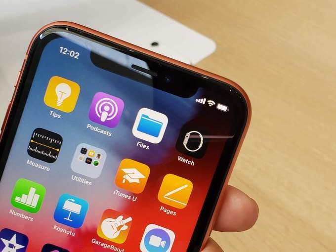 iPhone Xr có thể coi là bản nâng cấp của iPhone 8 năm ngoái. Với mức giá tương đương, người dùng có một màn hình lớn hơn 6,1 inch, độ phân giải 1.792 x 828 pixel (chuẩn Liquid Retina), kích thước tổng thể bằng iPhone 8 Plus nhưng màn hình lớn hơn (model cũ là 5,5 inch). Máy cũng có nhận dạng khuôn mặt Face ID và sử dụng hoàn toàn bằng thao tác vuốt, không có phím Home vật lý. Tuy nhiên, sản phẩm này không còn trang bị cảm ứng lực 3D Touch như hai model đắt tiền hơn.
