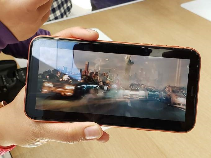 Ưu điểm lớn nhất của iPhone Xr là về thời lượng pin. Theo Apple, máy có thể sử dụng lâu hơn iPhone 8 Plus tới 90 phút sau mỗi lần sạc. Sản phẩm có giá khởi điểm 749 USD tại thị trường Mỹ, bắt đầu cho đặt hàng từ 19/10 và giao hàng từ 26/10.