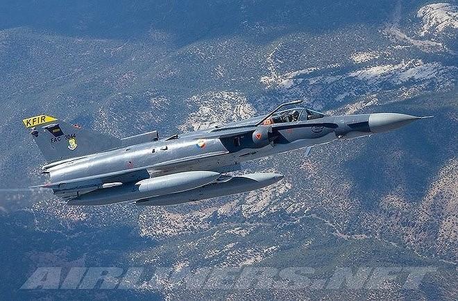 Máy bay được trang bị 1 động cơ phản lực General Electric J79 công suất 52,89 kN và 83,4 kN khi đốt nhiên liệu phụ trội cho tốc độ tối đa 2.240 km/h; bán kính chiến đấu 768 km; trần bay 17.680 m; tải trọng vũ khí tối đa 6.085 kg.