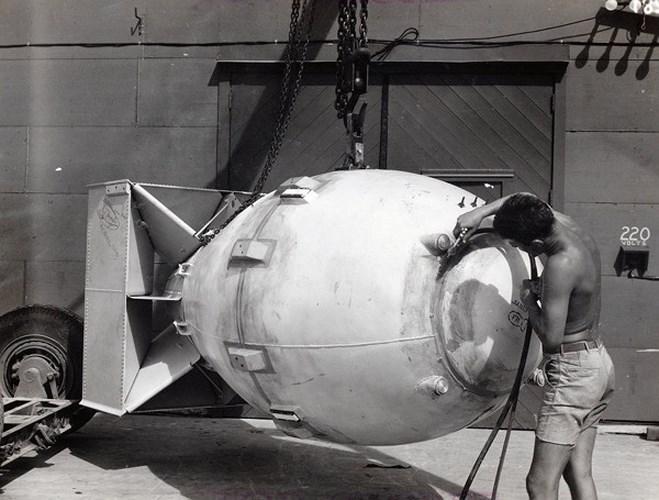 """Bom nguyên tử có lẽ là vũ khí được ghi nhớ nhiều nhất từ sau Thế chiến thứ 2 bởi tác động và ảnh hưởng kéo dài hàng thập kỷ của nó. Hai quả bom """"Little Boy"""" và """"Fat Man"""" Mỹ ném xuống thành phố Hiroshima và Nagasaki của Nhật Bản có sức công phá lần lượt tương đương với 15 kiloton và 21 kiloton thuộc nổ TNT."""